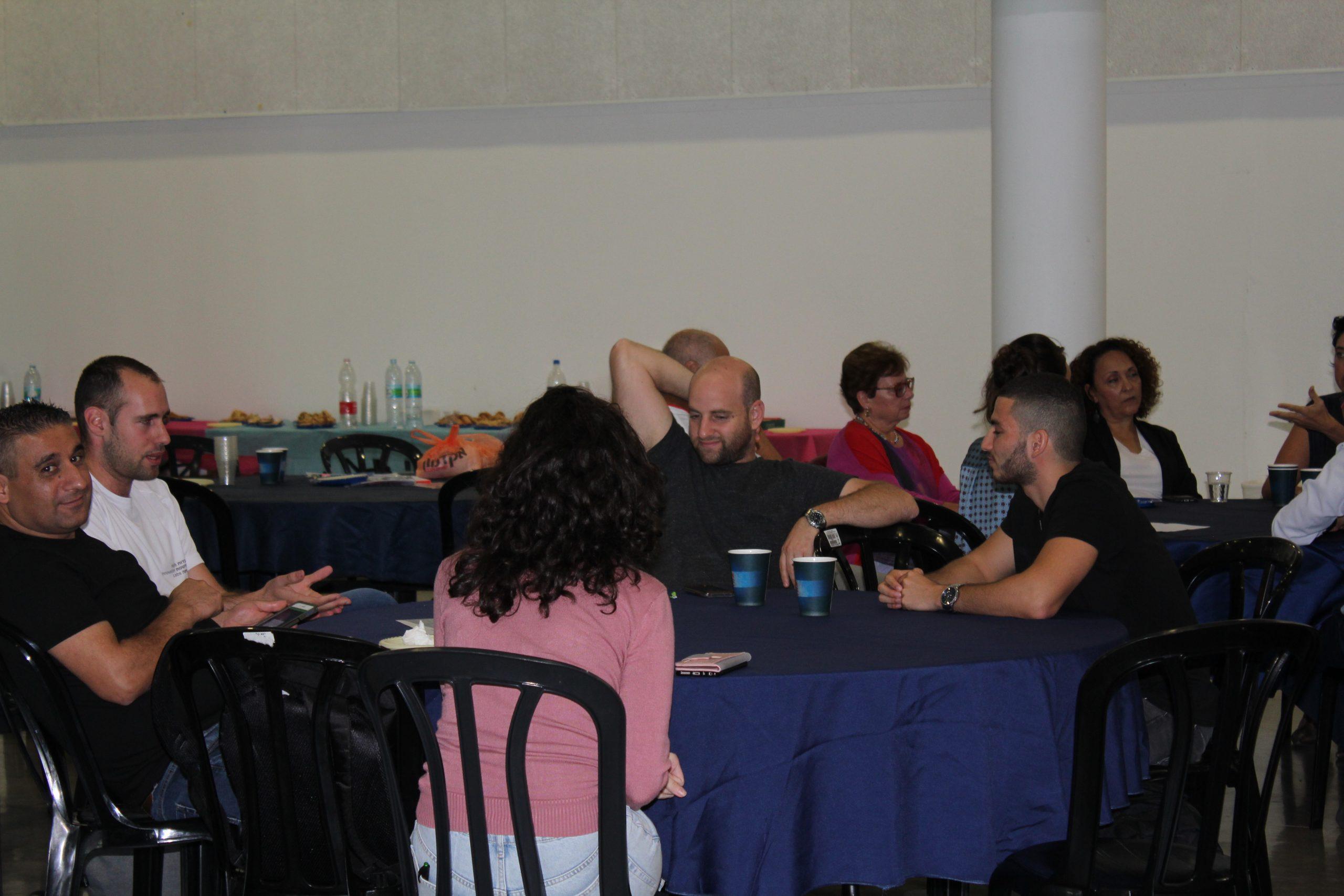 אירוע פתיחה עבודה בקבוצות על רקע כיבוד