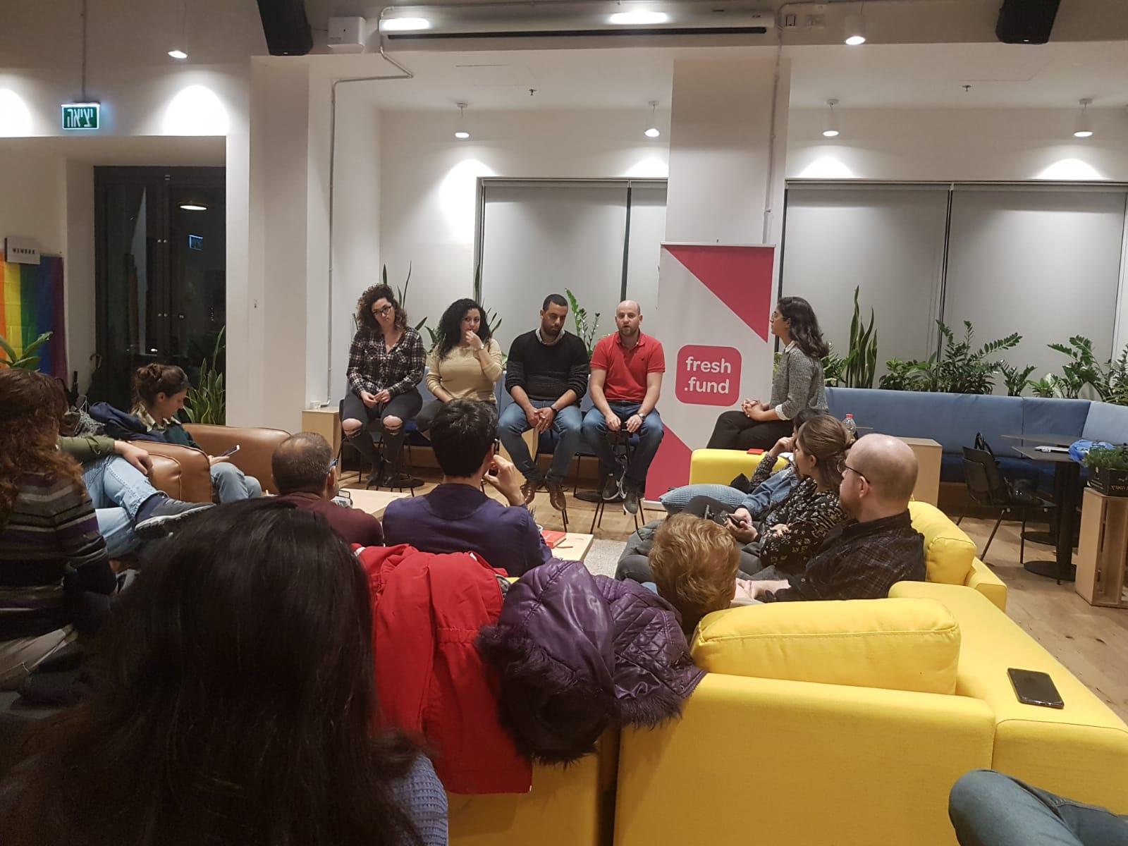 קבוצת אנשים יושבים במעבדת החדשנות